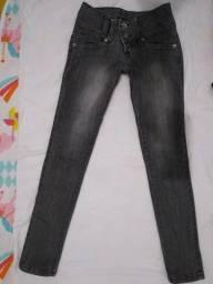 Calça jeans acinzentada, usada
