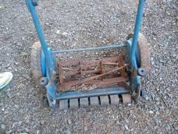 Cortador de grama manual antigo.