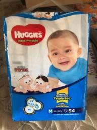 Título do anúncio: Fralda M Huggies azul 54 unidades