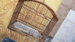 Gaiola para pássaros de madeira conservada