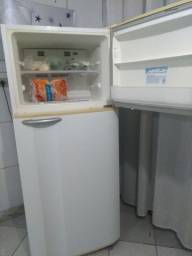 Título do anúncio: Vendo geladeira Frost Free Electrolux grande