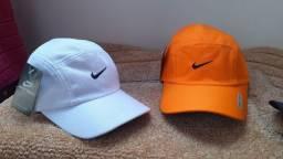 Boné Nike preto, branco e coral