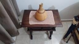 Título do anúncio: Mesinha de canto em madeira maciça de imbuia, da década de 70.