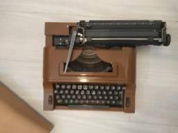 Máquina de Datilografia com tampa (bom estado) sem fita - Campo Grande - Rj