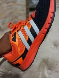 Tênis Adidas .