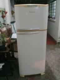 Título do anúncio: Vende-se geladeira eletrolux Premium