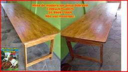 Mesa de madeira dobrável e bancos rústicos de madeira.