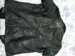 Vendo dois casacos de couro verdadeiro e uma blusa de manga curta formados