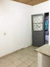 Aluga-se quarto c/ banheiro - Valor já incluso água, luz e IPTU (mês)