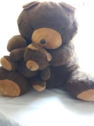 Urso de pelúcia com filhote.