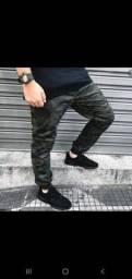 Calças masculinas disponíveis