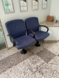 Título do anúncio: Cadeiras (2) acopladas em longarina, para ficadas no piso
