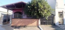 Casa linear com quintal em bairro residencial, tranquilo. Varanda, 3 quartos, 2 vagas