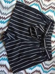 Short preto com listras brancas