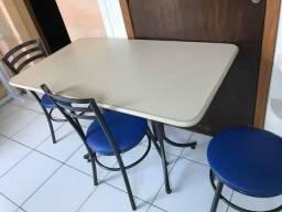 Mesa grande com cadeira