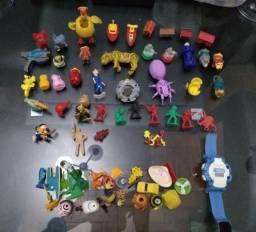 Lote com mais de 40 bonecos e brinquedos variados
