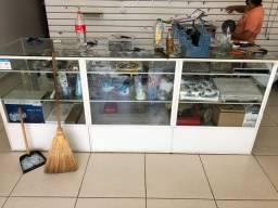 Balcão de vidro e ferro