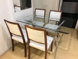 Mesa com tampo de vidro e cadeiras