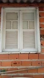Vendo janela de madeira e vitro