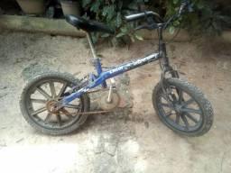 Vendo uma bicicleta por R$ 120,00 reais