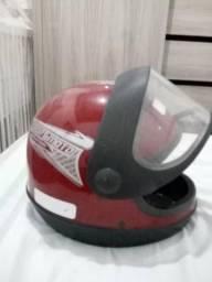 Vendo dois capacetes 1 moto sport vermelho, 1 One preto ambos tamanho 62