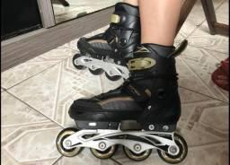 Vendo patins, semi novo, tamanho regulável de 33 ao 35.  Passo cartão