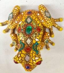 Escultura Sapo da sorte tailandês 10cm  colorido e com espelhos
