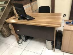 Linda mesa de escritório em MDF