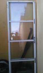 Uma porta dupla de duas parte com vidro falta batete e chave ok