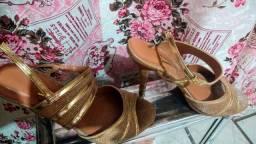 Sapato dourado usado uma vez