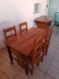 Mesas com 4 cadeiras em madeira