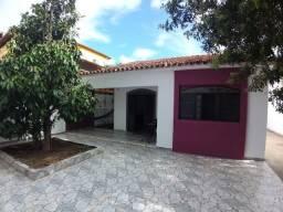 Casa na Praia da Pitória com 03 quartos e amplo espaço coberto para fazer outra casa.