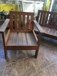 1 sofá e 2 poltronas de madeira