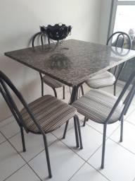 Vendo uma mesa com quatro cadeiras de mármore