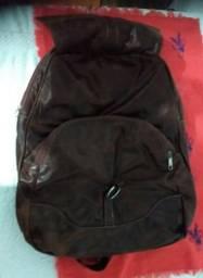 Vendo esta bolsa de Couro puro macia com vários compartimentos dentro, estilo mochila