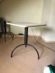 Mesa pequena com cadeira