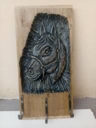 Lindo cabideiro de madeira com cabeça de cavalo entalhada