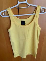Camiseta amarela de malha feminina