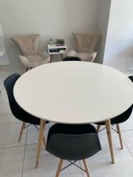 Título do anúncio: Mesa redonda na cor branca + cadeiras/ preço a combinar