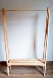 Título do anúncio: Arara madeira pra roupas.