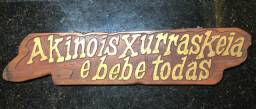 Placa entalhada na madeira