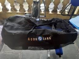 Bolsa ou mala com equipamento de mergulho nadadeiras é snork é óculos.