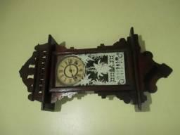 """Relógio de parede americano, antigo, marca """"Ansônia""""."""