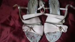 Par de sandálias semi novas infantis