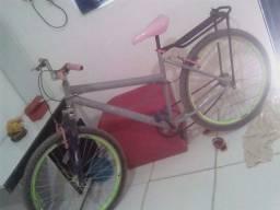Vendo bicicleta em bom estado acompanhar cadeira infantil 200 pra botar preço