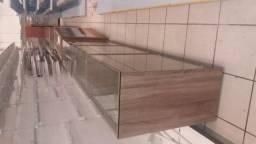 Prateleira de madeira com vidro