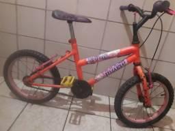 Uma bicicleta de crianca