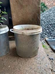 Balde para plantação com terra fértil, com cor metalizado