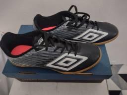 Título do anúncio: Sapato de futsal umbro pouco usado.