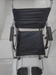 Cadeira de rodas e bengala